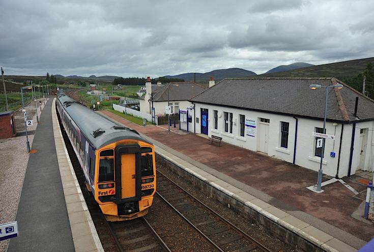 Train at Dalwhinnie station (view from the footbridge)